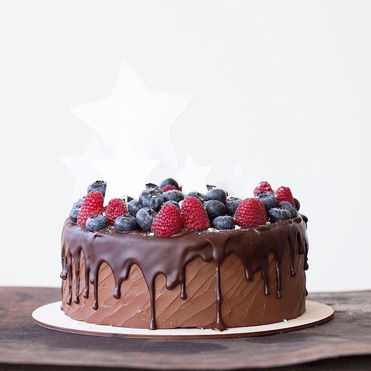Пот эти шоколадным малышом с фундуком и вишней напишу программу завтрашнего МК: -веррин Новая Гавана по мотивам торта из магазина Sweetslab -трайфл шоколадный с малиной и бадьяном -panacotta ванильная с соусом из маракуйи с карамелью -веррин с голубикой и Белый шоколадом со взбитым ягодным муссом -тирамису классика моими глазами -шоколадный сюрприз - слоеный десерт из четырёх муссов и фисташкой в главной роли -mug cake - реальная магия Все десерты в индивидуальной подаче с  интересным…