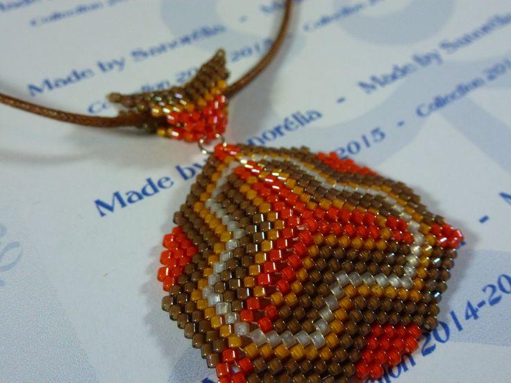 2015-31 - Pendentif + cordon - style triangle - tissage peyote - couleur marron orange jaune et blanc nacré