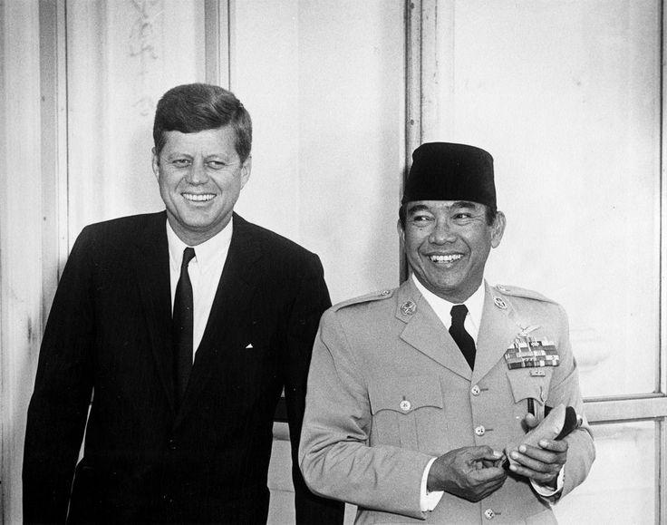 Kennedy dan Soekarno berpose di Pintu Masuk Utara Gedung Putih, Amerika Serikat