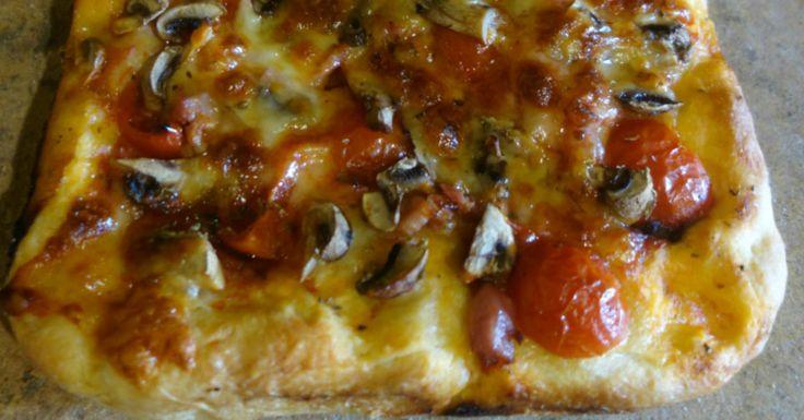La pizza Siciliana funghi e pomodorini di Pachino è una tipica ricetta siciliana di casa mia,perfetta in questo periodo dell'anno con i funghi che sono