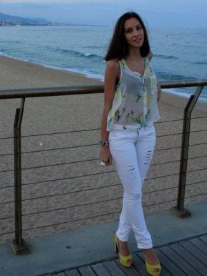eldisenoeslenguaje Outfit   Verano 2012. Combinar Tacones-Plataformas Amarillo Limón Zara, Camisa-Blusa Blanca Zara, Pantalones Blances Bershka, Cómo vestirse y combinar según eldisenoeslenguaje el 22-6-2012