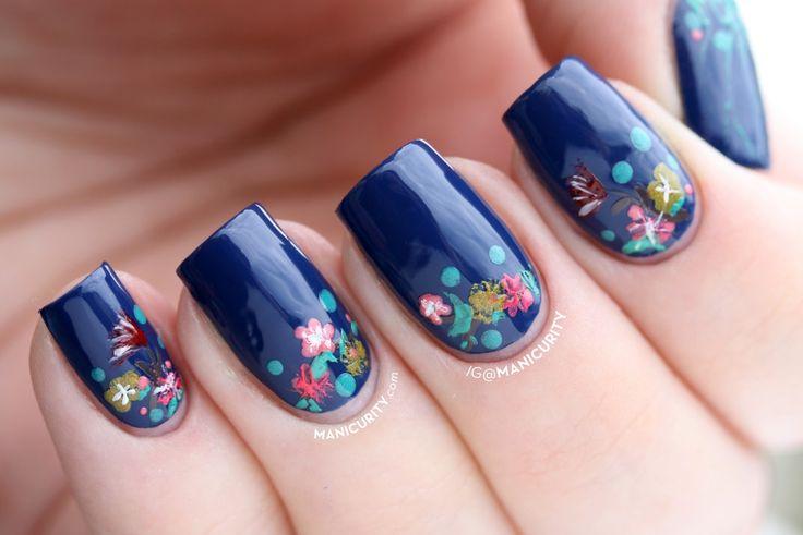Base azul marino y flores, diseño de uñas