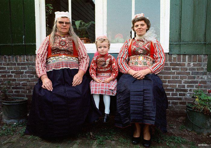 Marken twee vrouwen en meisje in klederdracht (Grietje van Altena, en Maria en Neeltje de Groot)