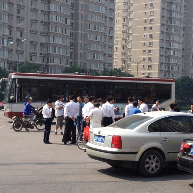 출퇴근하면서 정말 자주 보는 교통사고. 중국...녹색불에 횡단보도를 건너면서도 무서워 @@