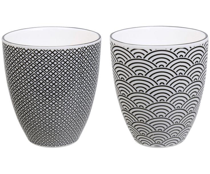 Genießen Sie eine harmonisierende Tasse Tee und zelebrieren Sie die Teestunde mit den zwei Bechern NIPPON BLACK von CNB Oriental. Das 2-teilige Set besteht aus zwei unterschiedlich verzierten Bechern. Die Muster in Schwarz-Weiß vollenden das hochwertige Porzellan und verleihen dem Geschirr einen japanischen Touch.