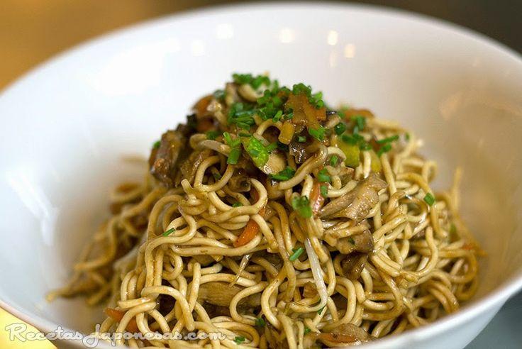 Chicken yakisoba - Fideos salteados con pollo    - Ingredientes:  400g de fideos hidratados  (soba o chuka)  1 cucharada de...