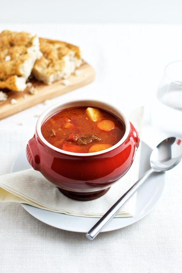 Ungarsk gullash suppe serveret med et godt brød
