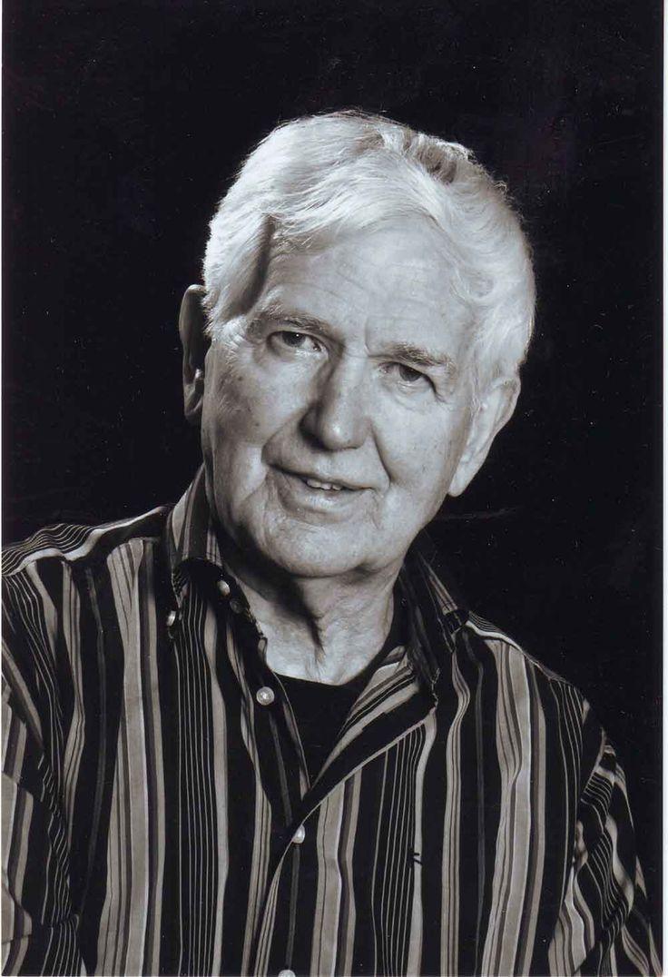 Bert Reesinck (1928) heeft al een lang leven van schrijven achter de rug. Hij volgde een studie aan de Haagse Academie voor Beeldende Kunsten, maar werd vervolgens monnik en studeerde in Nijmegen filosofie en vergelijkende godsdienstwetenschap.   Op zijn tachtigste jaar maakte hij zijn debuut met de roman 'Gregoriaans parfum' en in 2012 volgde een handboek voor schrijvers: 'Schrijfgoed'.