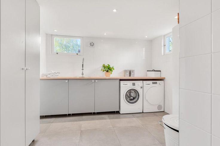 Huset är totalrenoverat och tillbyggt år 2014/2015 och håller absolut toppklass. Påkostade och genomtänkta materialval, bra planlösning och en underbar träd