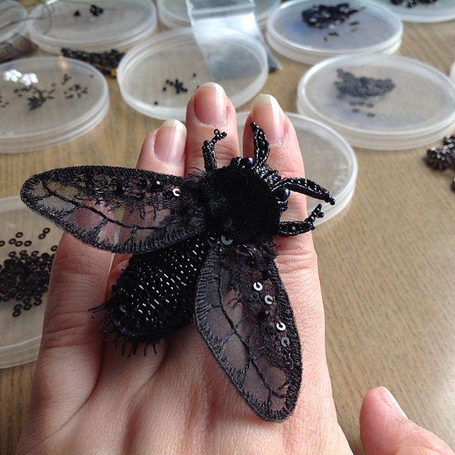 люблю я букашекМаленькая стайка черных насекомых вот-вот будет готова.#butterfly #fashion #hautecouture #embroidery #вышивка #брошь #бабочка #украшение #черный