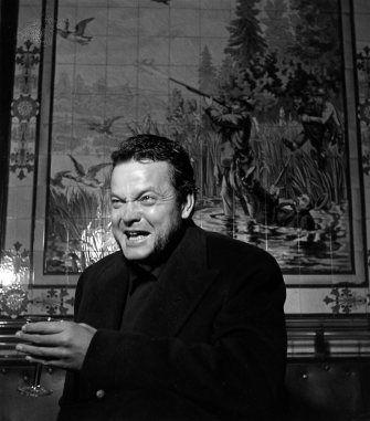 Orson Welles au café Les chasseurs. Décembre 1949. ¤Robert Doisneau. Atelier Robert Doisneau | Site officiel