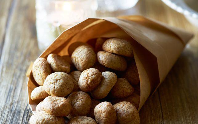 Les Pebernødder ou les petits gâteaux aux épices Les Pebernødder, qui veut dire mot à mot «noisettes au poivre», datent de 1400 et la recette n'a jamais changé. Les épices permettent à la nourriture de se conserver plus longtemps. Pebernødder veut aussi dire «cacahuètes» en terme pécuniaire… 125 g de sucre 1 œuf 250 g de farine 1 cc bicarbonated'ammonium…