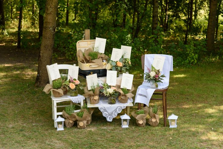 Wedding seating plan tableau de mariage idea: lanterns and plants