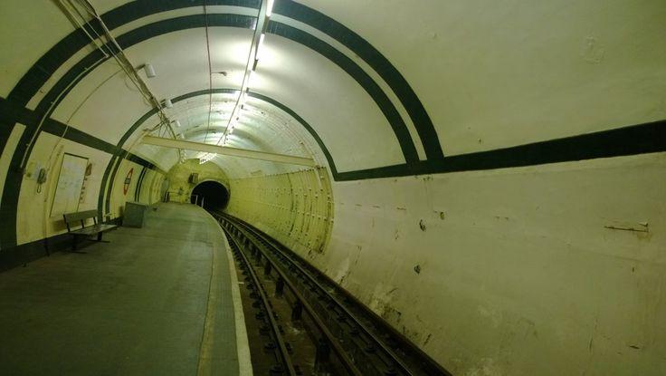 ll fascino delle stazioni fantasma della metropolitana di Londra