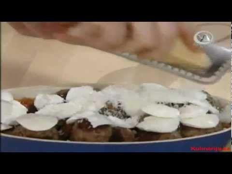 Джейми Оливер - котлеты в томатном соусе с сыром, Итальянский хлеб с  начинкой из различных закусок и салат из оливок и мелких помидоров.
