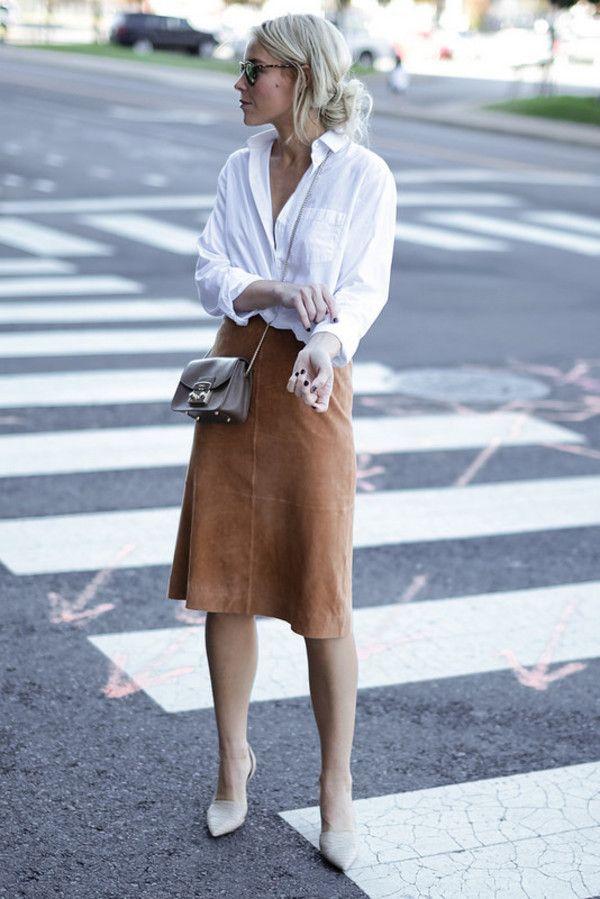 blogueira usa saia midi lapis de suede camelo