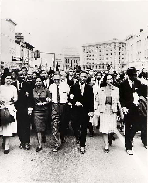 1965. 30 Mars.  Dr. Martin Luther King Jr. and his wife Coretta Scott King head the great civil rights march from Selma, Alabama to the state capital of Montgomery (Moneta Sleet Jr, Ebony Collection)