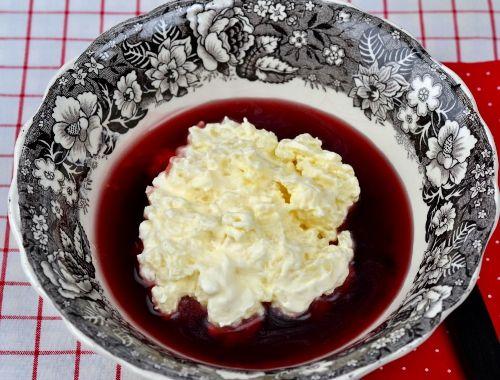 Ris á la malta med saftsås. Risgrynsgröt blandad med vispad grädde är klassisk på julbord och till dessert serverad med saftsås.