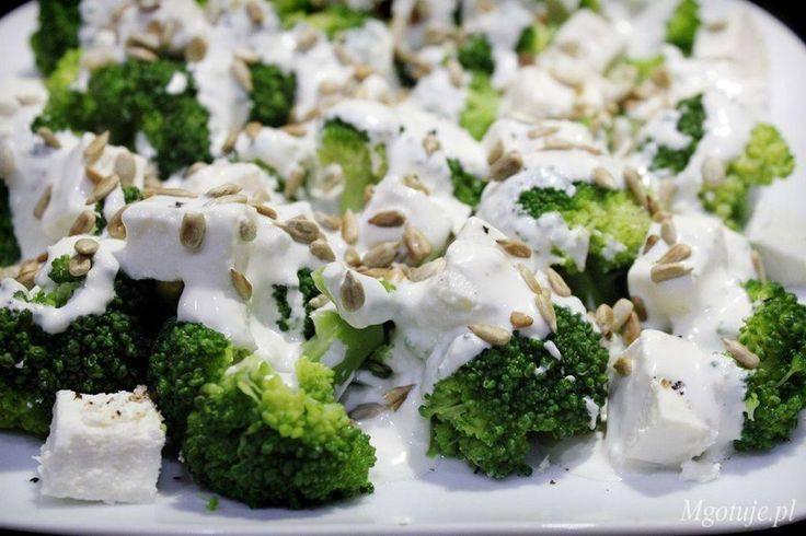 Dziś przedstawiam Wam mój przepis na sałatkę, którą uwielbiam i mogłabym jeść bardzo często. Brokuły z fetą, prażonymi pestkami słonecznika, polane sosem c