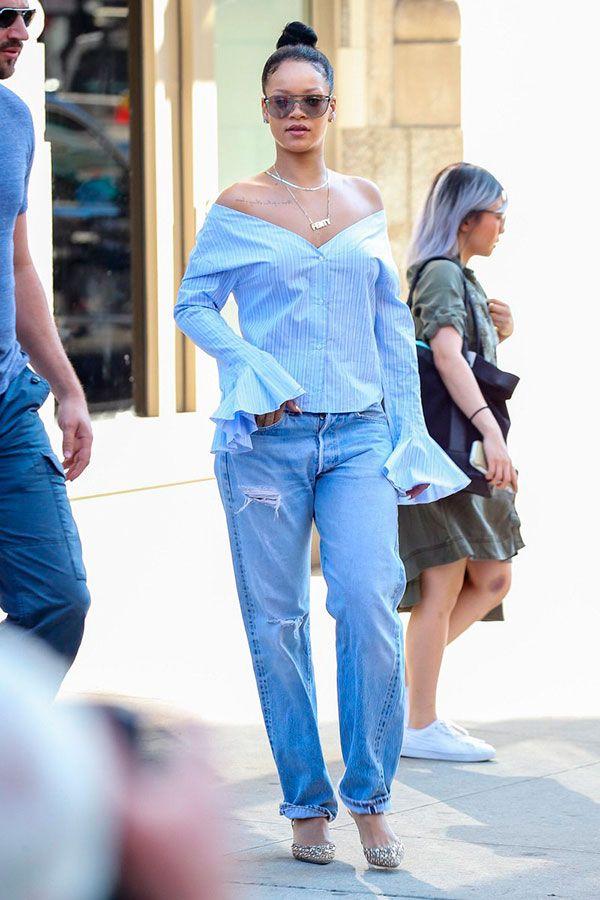 calça jeans e camisa azul