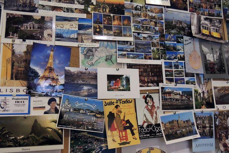 """El rincón que más nos gusta de El Cafetín es este corcho en el que colgamos las postales que nos mandáis desde los lugares más remotos del mundo. Es como un tablero de Pinterest, pero en modo """"real life"""" :)"""