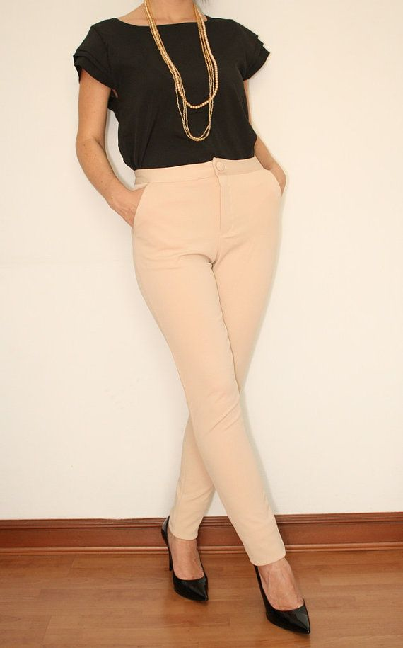 Beige Pants Skinny High waisted. Simple outfit to go to work. You can easily upgrade this look with acessories and funky shoes.