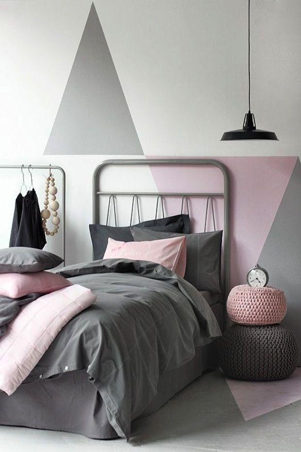Серо-розовая спальня с элементами стиля сканди и бохо.