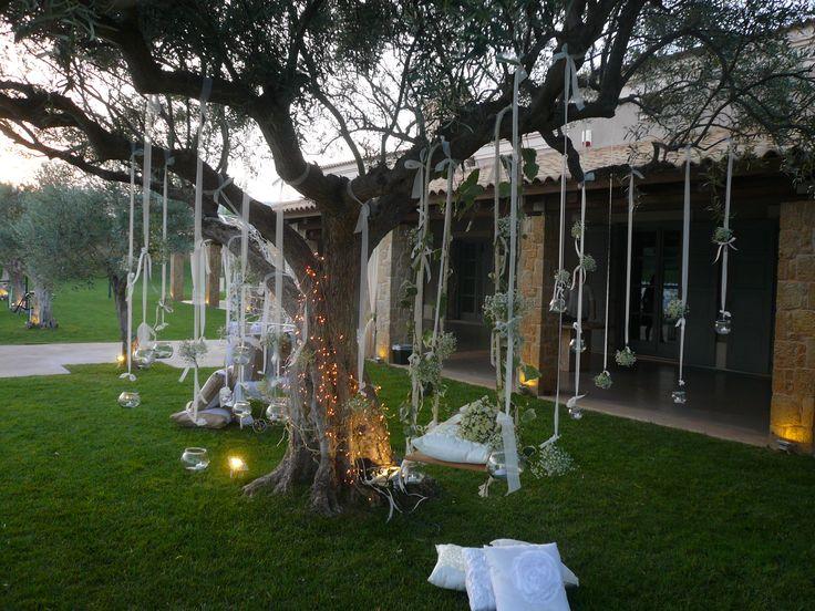 στολισμος χωρου με φωτακια στα δεντρα, λουλουδια και ξυλινη κουνια..!!