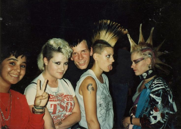 32 authentic, vivid photographs of heavy metal and punk rock lifestyles