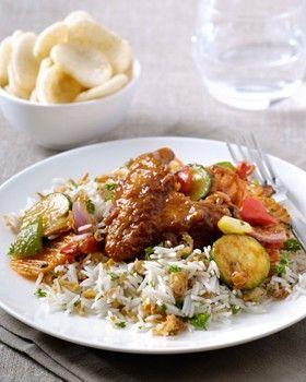 Ajam Bali met gewokte groenten en rijst met gebakken uitjes