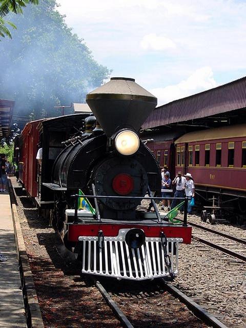 Locomotiva Sucrerie 5    Locomotiva a vapor nº 5 da Societé Sucrerie Brasilien, de Piracicaba, pertenceu também à Usina Rafard, Usina Central de Piracicaba e Indústrias Villares. Atualmente faz parte do acervo da VFCJ – Viação Férrea Campinas-Jaguariúna. Tipo 2-6-2ST, com bitola de 1,00m, foi construída em 1913, nos Estados Unidos, pela Baldwin Locomotive Works com o nº de série 39.486. Foto tirada em dezembro de 2002, na Estação Carlos Gomes, por Fernando Picarelli Martins.
