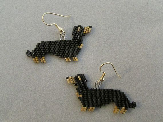 Beaded Dachshund Earrings in Black and Tan door DsBeadedCrochetedEtc