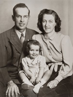 http://hairstyletwist.com/blog/wp-content/uploads/2012/03/iStock_000008211752XSmall.jpg: Stockings Photo, Vintage Photos, 1940 39 S Vintage, Vintage Family Photos, Family Portraits, Vintage Families Photo, Families Time, Families Portraits, Adoption Kids