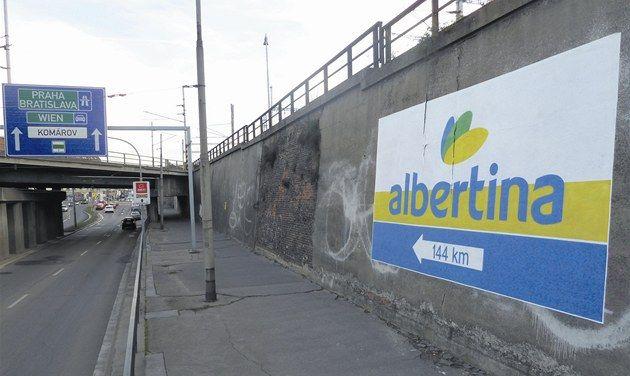 Brněnský streetartový umělec Timo vytvořil v ulici Koliště graffiti lákající na vídeňskou galerii Albertina. Jelikož ale vadilo vedení obchodního řetězce Albert, muselo zmizet. Timo