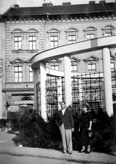Tisza Lajos körút, Anna-kút, háttérben a Jerney-ház.