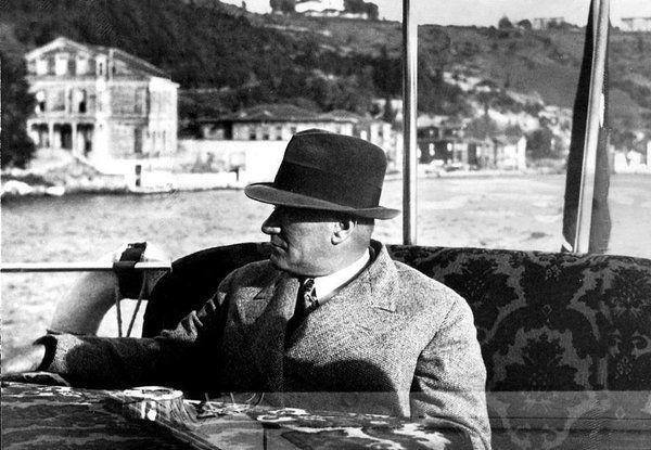 yıl 1935 Boğaz da motoru ile seyrederken