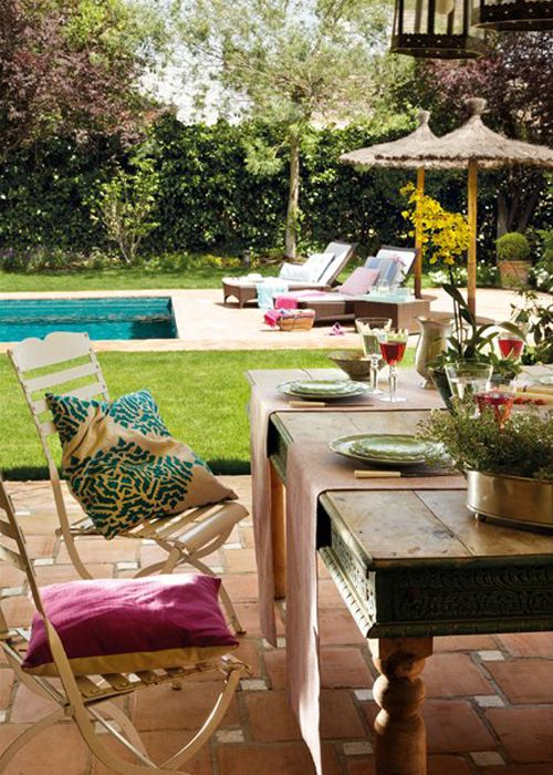 Comedor de verano junto a la piscina | Summer dining area by the pool · ChicDecó