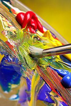 Pennello di miscelazione della vernice sulla tavolozza.