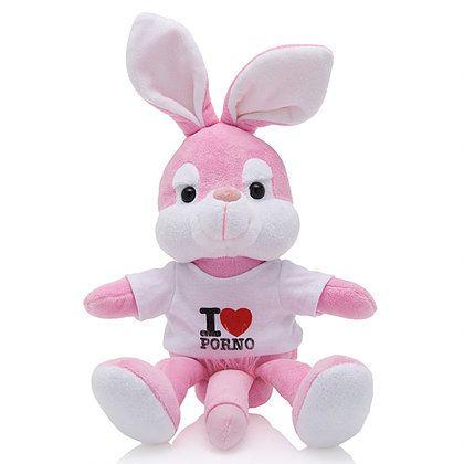 """Plüsch Naghty Bunny- weißes Hemd Dieses freche Plüschhäschen will in Ihrem Bett schlafen! Dieses süße rosa Häschen ist das perfekte Geschenk auf einer aufregenden Party. Der Hase trägt ein schwarzes Hemd mit der Aufschrift: """"Ich liebe Porno"""". Der Hase hat auch einen großen Penis mit flauschigen Schamhaaren! Haben Sie eine Junggesellenparty oder sind Sie zu einer lustigen Party im Haus eines Freundes eingeladen?"""
