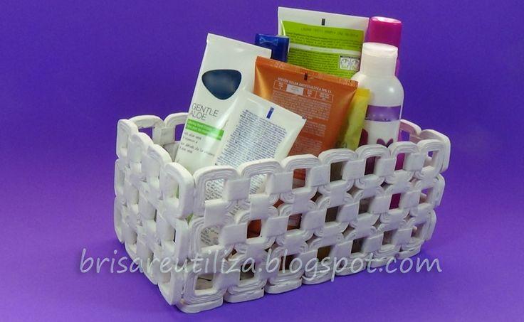 Reúne los periódicos que tengas por casa y ponte manos a la obra para elaborar una cesta como esta.