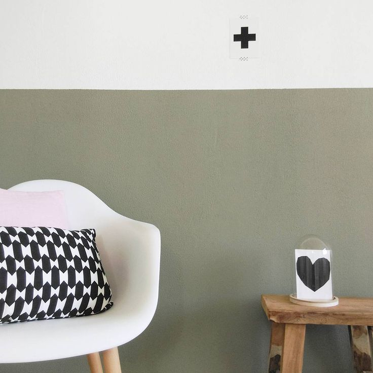 Met twee kleuren op een muur kun je aardige effecten bereiken. Zoals in deze kamer (gespot op Instagram): modern alternatief voor een lambrizering met Camouflage Green.   Welke kleur zou jij als 'lambrizering' op je muur willen zien?