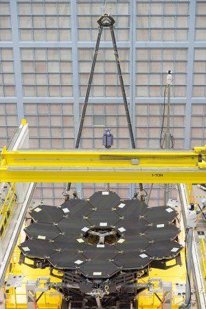 18 kæmpestore spejle er nu sat sammen for at bliver verdens største øje rettet mod fjerne galakser.