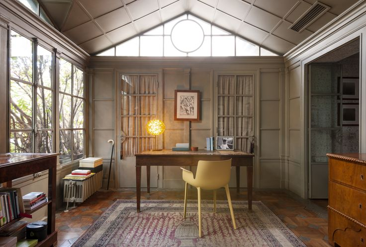 Dream Office? I would say yes. Piuma chair and Planet table lampe are made in Italy by Kartell.