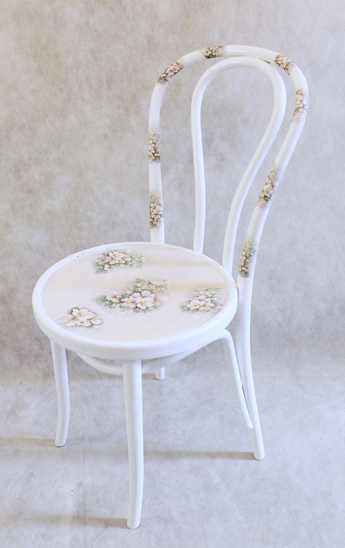 Венский стул в белом цвете с акварельными цветами шиповника на сидении и спинке. Сидение в желтовато-розовых тонах с рисунком в технике декупаж. Очень нежный стул для романтичных особ...! Высота 83 см, радиус сидения 25 см 2999р