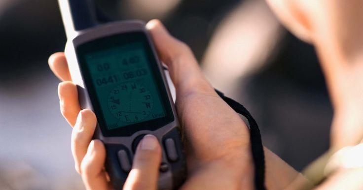 Cómo instalar un sistema de seguimiento por GPS automático. Los dispositivos para rastrear autos son muy útiles para que los propietarios encuentren sus autos robados o para que los padres mantengan un seguimiento de sus hijos. Los propietarios de negocios lo utilizan para monitorear sus camiones de entrega y para mantener vigilados a sus conductores. Las razones detrás del uso de un GPS pueden variar, ...
