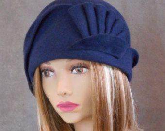 Amber, velours voelde Cloche met gedrapeerd geplooide wervelingen, blauw gekleurde modevak hoed