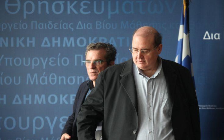 Ιδιοκτήτες ιδιωτικών σχολείων: Ο Φίλης θέλει σοβιετοποίηση της Παιδείας   Πυρά εξαπολύει ο Σύνδεσμος Ιδιοκτητών και Ιδρυτών Ιδιωτικών Εκπαιδευτηρίων με αφορμή το νομοσχέδιο για την ελληνόγλωσση εκπαίδευση που περιέχει τη διάταξη με τις αλλαγές στο εργασιακό καθεστώς των ιδιωτικών εκπαιδευτικών. Ο Σύνδεσμος καταγγέλλει πως τα Δελτία Τύπου που εκδίδει το Γραφείο Τύπου του υπουργείου Παιδείας συντάσσονται και αποστέλλονται κατευθείαν στο υπουργικό γραφείο από την ΟΙΕΛΕ ενώ κατηγορεί τον…