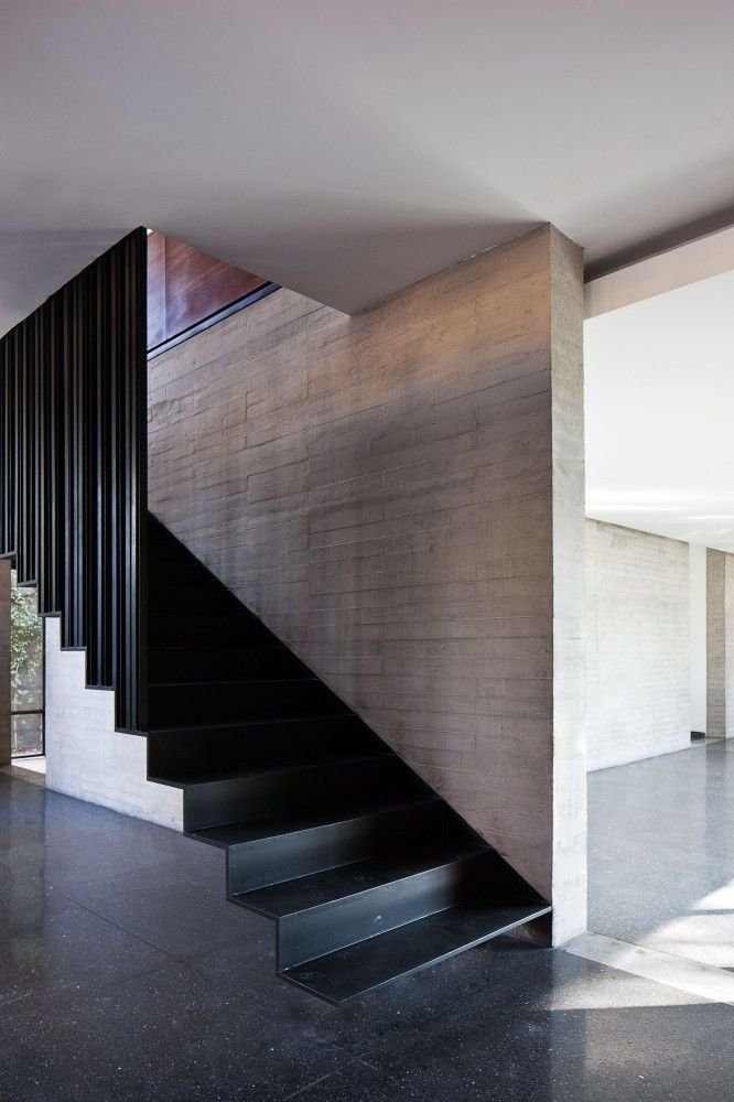 Black metal stairs - Casa Fuentes / DMP Arquitectura. Photo © Onnis Luque.