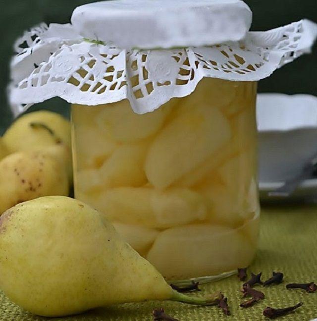 A nyári körték között legjobb befőttnek az úgynevezett citromkörte és a muskotálykörte. A már az általánosságban leírt timsós vízbe dobjuk bele a gondosan meghámozott körtéket egészben, vagy ha a gyümölcs nagyobb, kettőbe vagdalva...