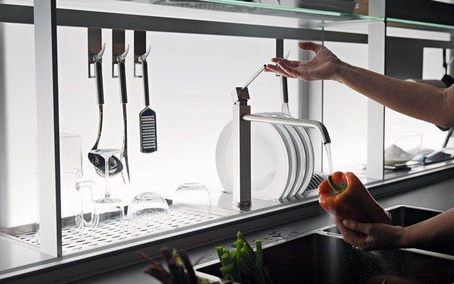 Um recuo próximo à pia pode servir como espaço para o escorredor de louças. O projeto da Valcucine, em inox, tem lugares específicos para cada item. Foto: Divulgação